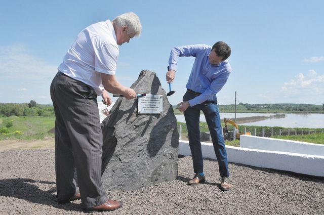 На месте стройки очистных сооружений заложили символический камень.