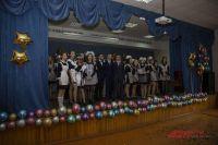 На последний звонок девочки пришли в школьной форме советского образца – белые фартуки, тёмные платья, огромные банты, а мальчики – в строгих деловых костюмах.