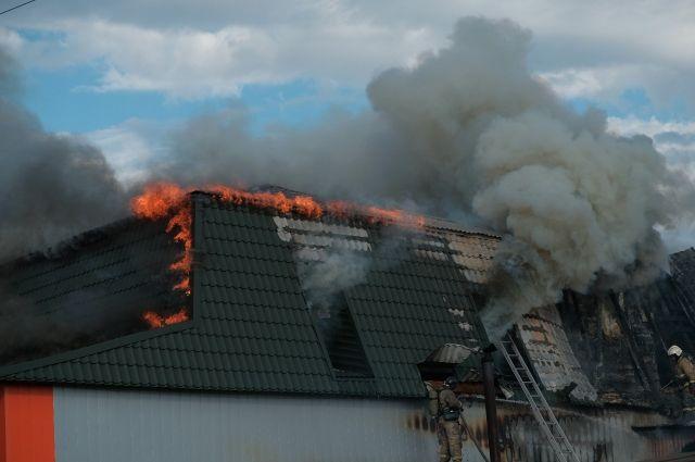 В Тюмени из горящего двухэтажного кафе пожарные спасли двух человек