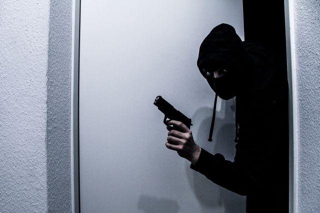 Полицейские просят помочь установить личность подозреваемого.
