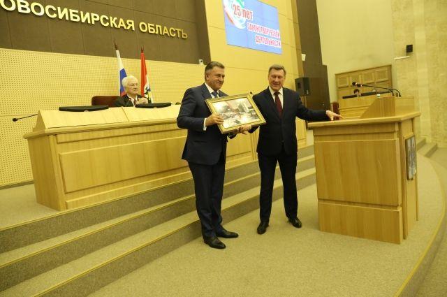 В большом зале ведущие торжества напомнили, что ровно двадцать пять лет назад – 26 апреля 1994 года – состоялась первая сессия первого созыва Новосибирского областного Совета депутатов.