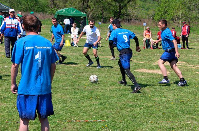 Игра в футбол настраивает коллектив на командную работу.