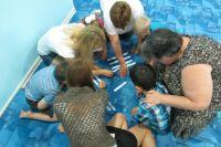 У ребят есть постоянная потребность в общении, поэтому занятия в центре проходят в группах. Их вовлекают в какое-то общее дело. Вно- ся свой посильный вклад, они начинают чувствовать себя полезными.
