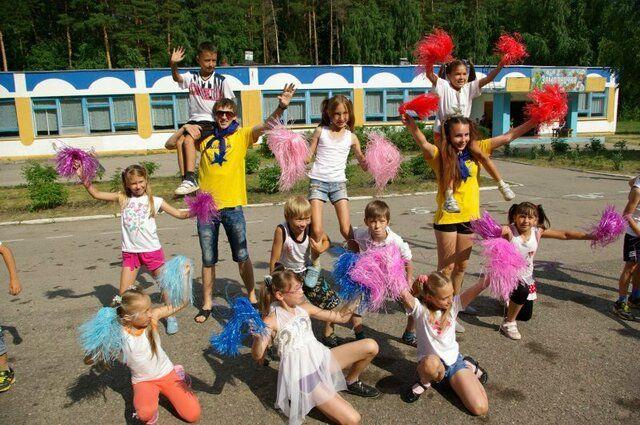 Мальчишек и девчонок ждет насыщенное лето в загородных и пришкольных лагерях.