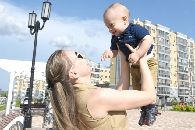 Мамы до 24 лет получают субсидию в 50 тысяч рублей.