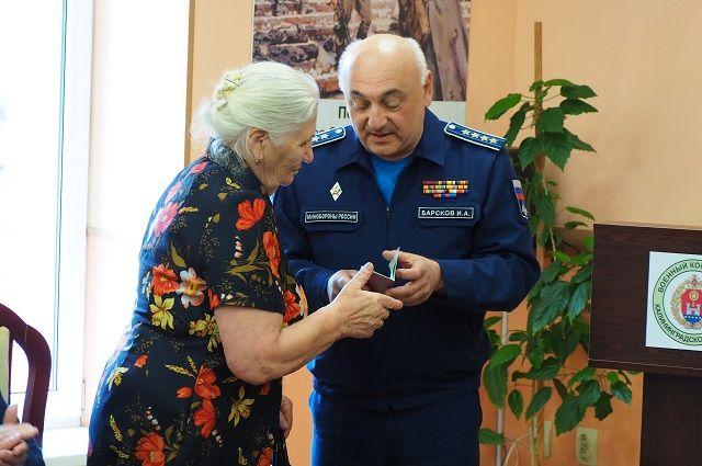В Калининграде дочери погибшего солдата ВОв вручили награду отца