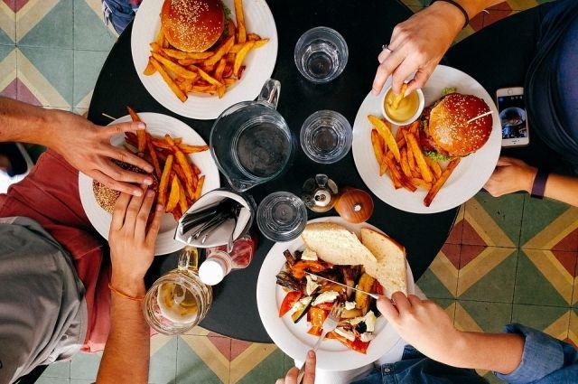 Сахаросодержащие напитки и продукты с большим количеством углеводов могут нанести вред организму. То же самое относится к блюдам с повышенной концентрацией соли, холестерина, жиров. Их к здоровому питанию отнести нельзя!