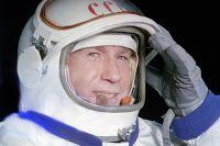 Космонавт Алексей Леонов в скафандре. 1965 г.