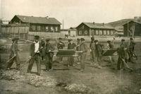 Субботники на территории жилых поселков для горожан были обязательными.