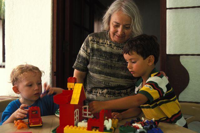 Бабушки-волонтёры и присмотрят за детьми, и поиграют с ними.