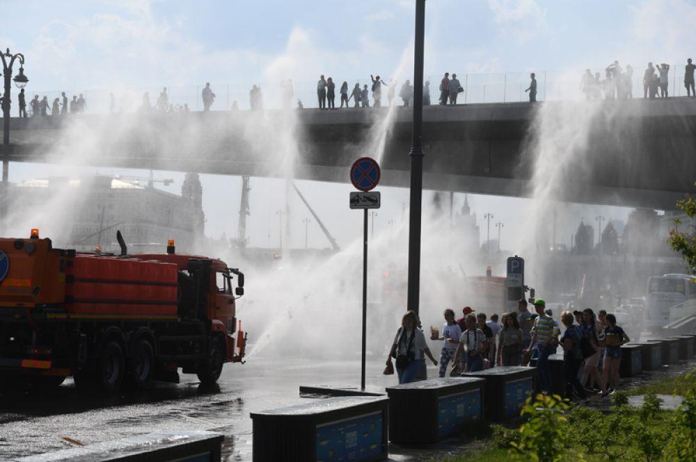 Поливальные машины на Москворецкой набережной.