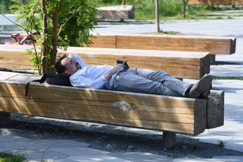 Мужчина отдыхает в парке «Зарядье».