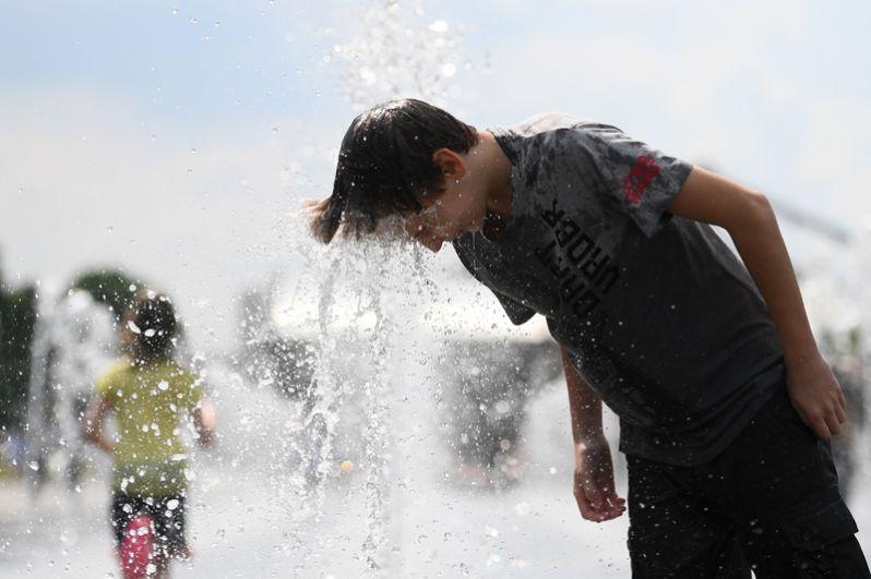 Молодой человек купается в фонтане в парке искусств «Музеон».