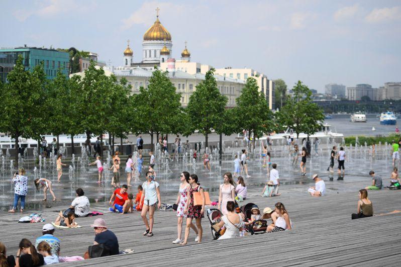 Москвичи отдыхают у фонтанов в парке искусств «Музеон».
