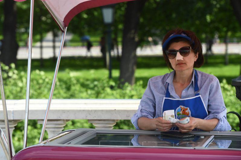Продавщица мороженого в Александровском саду.