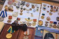 У задержанного мужчины также изъяли еще девять боевых наград.