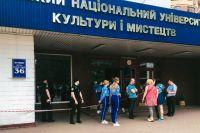 Массовое «минирование» вузов Киева: студенты сдают экзамены на улице