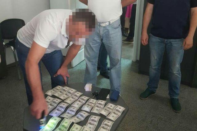В Днепре задержали чиновника горсовета за взятку в две тысячи долларов