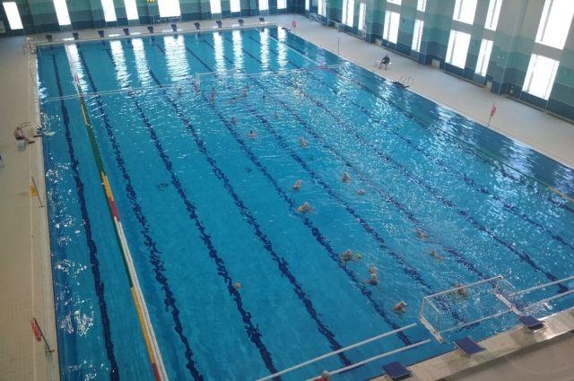 В бассейне  10 дорожек длиной 50 метров.