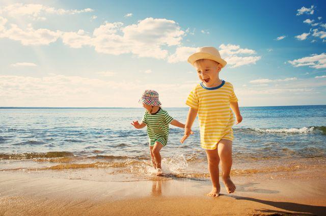 На море или к бабушке? Эксперты о том, нужно ли везти ребёнка на курорт