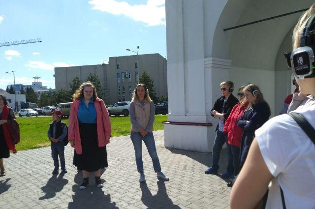 Зрителей перед спектаклем собираются у Омский ворот крепости.