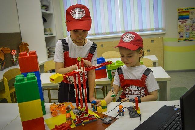 В детсаду ребята учатся собирать роботов из конструкторов, здесь есть лаборатория, а также конструкторское и детское патентные бюро.