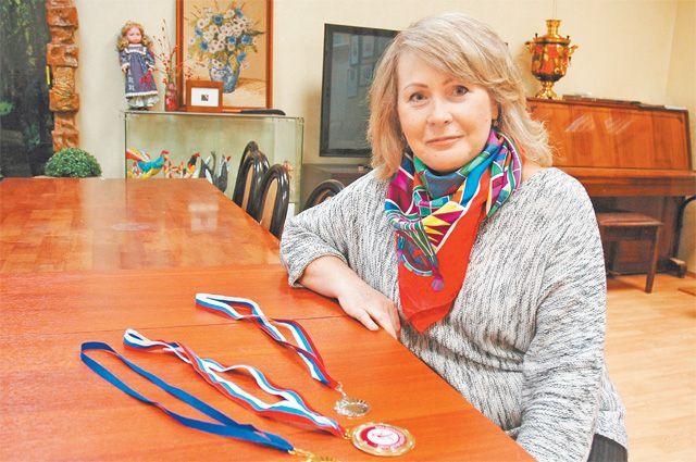 Наталья Бахтурина показывает свои трофеи. Недавно она приняла участие вустановлении мирового рекорда вмассовой зарядке в«Музеоне».