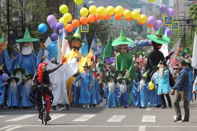 Открывали шествие карнавала огромные куклы.