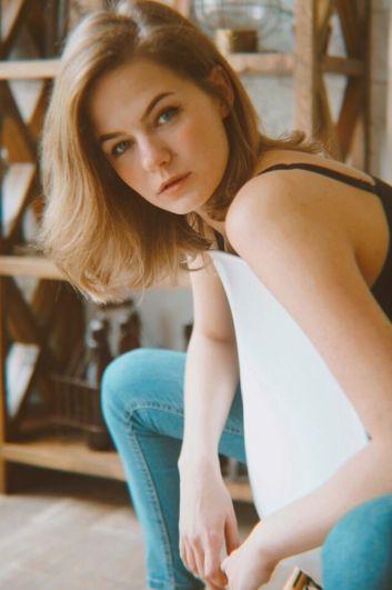 Елизавета Колмогорцева, 23 года. Офис-менеджер в ООО Торговый Дом «СТО Молния». Хобби: рисование, бег, волейбол, фотография.