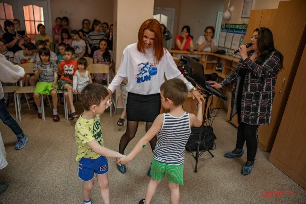Порадовала деток, родителей и врачей новыми песнями Алина Луговская, новосибирская певица.