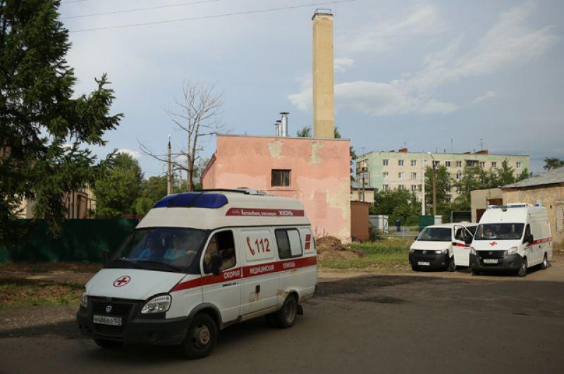 Автомобили скорой помощи неподалеку от завода «Кристалл»