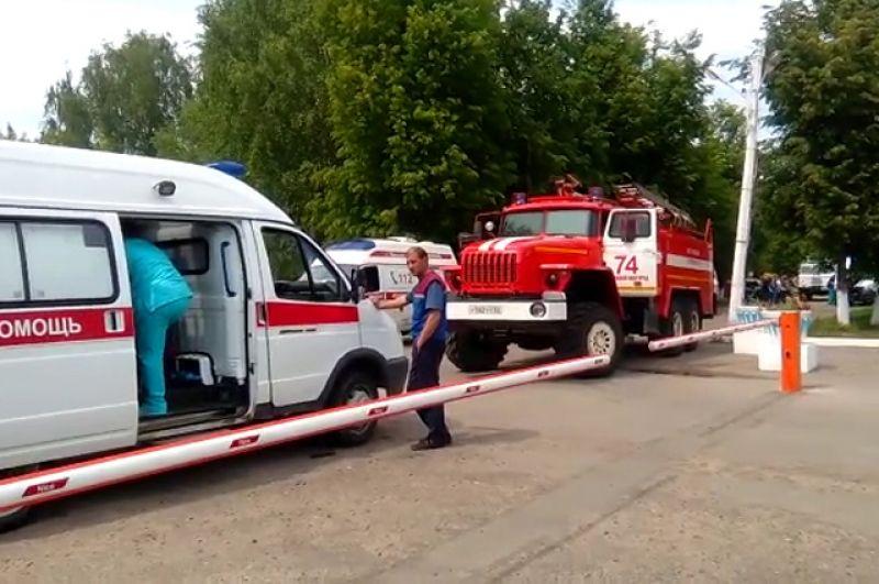 Автомобили скорой помощи и пожарной службы у проходной.