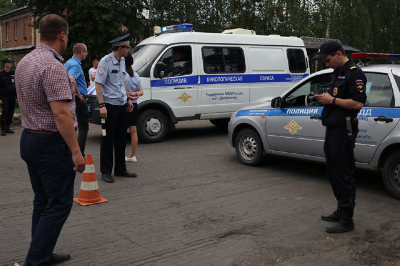 Сотрудники полиции и кинологической службы.