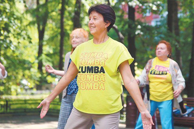 Татьяна Владимировна (на первом плане) ведёт активный образ жизни и на вопрос о возрасте отвечает кокетливо: 60+.