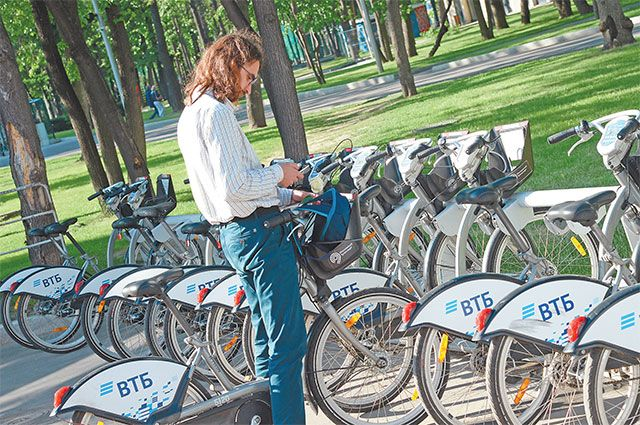 Арендовать велосипед на станции Велобайк стоит 150 рублей в сутки или 1200 рублей за сезон (доконца октября) .