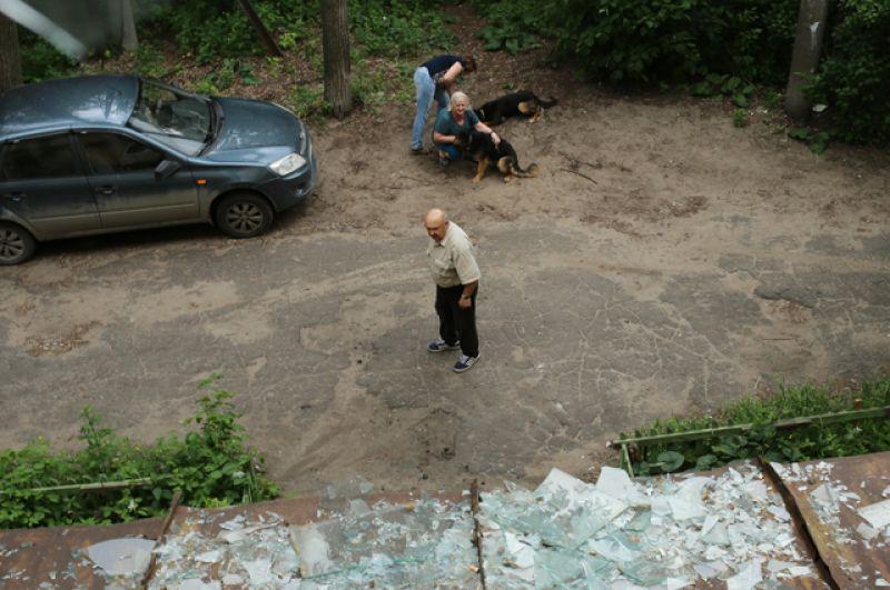 Разбитые стекла в жилом доме в Дзержинске.