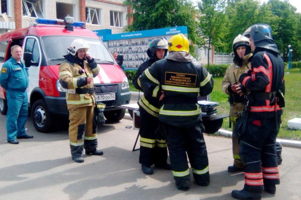 Сотрудники МЧС у проходной завода.