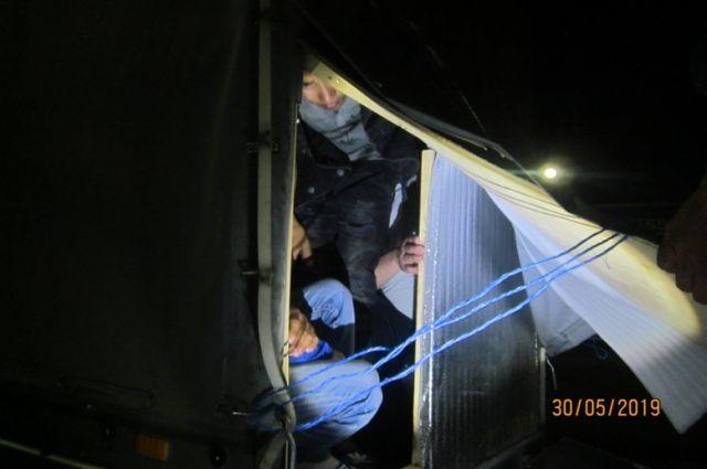 Нарушители укрывались в специально оборудованном тайнике двухосного прицепа автомобиля.