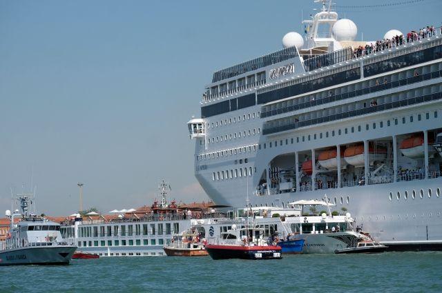 14:43 02/06/2019  768  Круизный лайнер врезался в прогулочный теплоход в Венеции    У лайнера произошла поломка двигателя