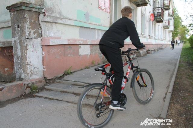 Детям до 14 лет категорически запрещено выезжать на проезжую часть за рулем велосипеда.