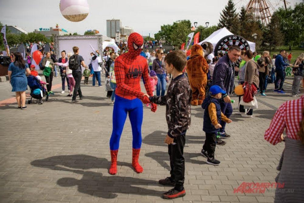 В этот день дети могли не только встретить на улицах города своих любимых героев книг, кино, мультфильмов и комиксов, но и сфотографироваться с ними.