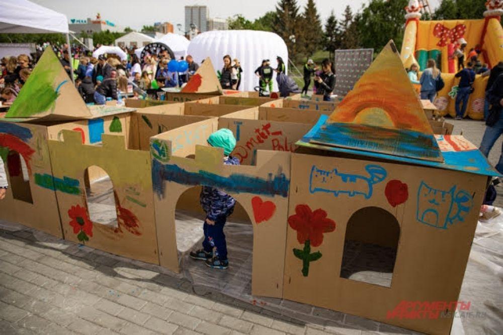 Самые маленькие гости праздника на Михайловской набережной заинтересовались необычным домом-лабиринтом.