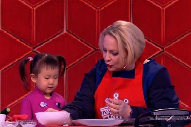 Актриса вместе с юной участницей приготовили роллы и пуноппан.