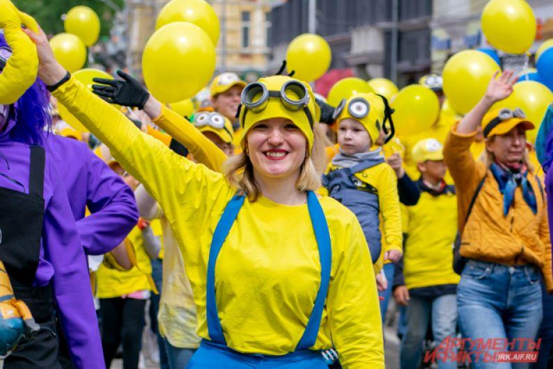 Яркий карнавал прошёл по улице Карла Маркса от пересечения с Франк-Каменецкого до площади у памятника Александру III