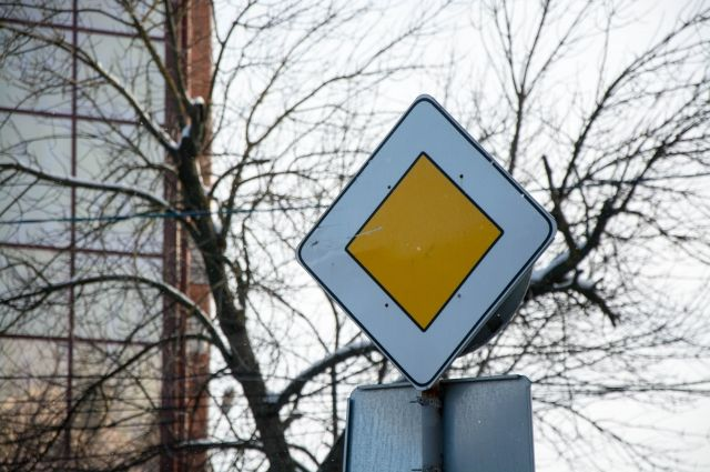 Противоречащие друг другу дорожные знаки ввели в ступор тюменских водителей