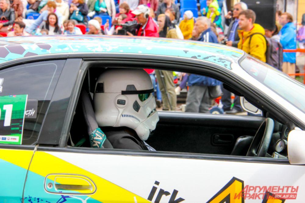 За рулём одного из автомобилей – имперский штурмовик из «Звёздных войн»
