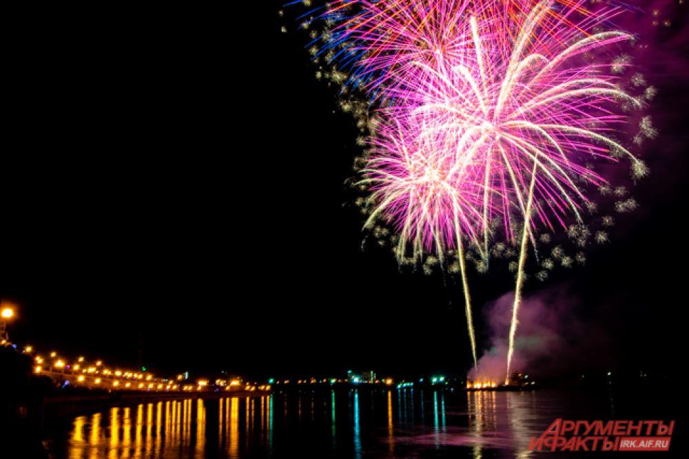 День города завершился ярким фейерверком на Нижней Набережной