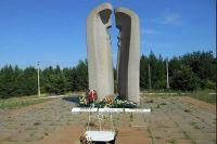 На месте столкновения поездов установлен мемориал в память о погибших.