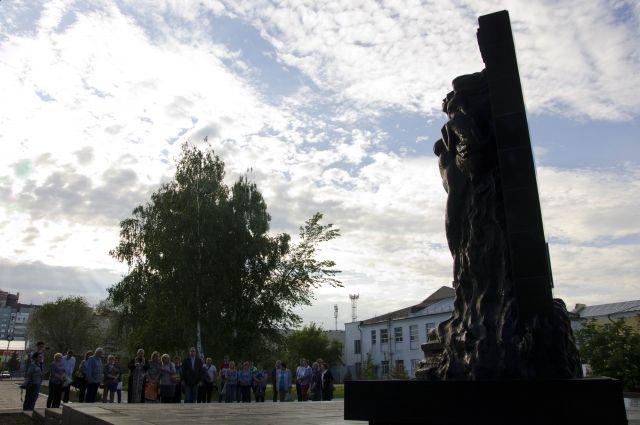 Перед отправкой в Ашу на мемориале жертвам трагедии собрались родные и близкие.