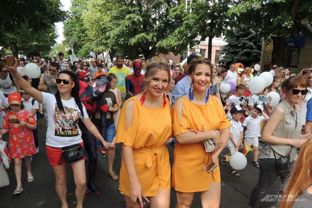 Сёстры Наталья и Елена участвуют в параде близнецов каждый год.